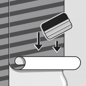 Nakładanie pasów fototapety na ścianę z klejem
